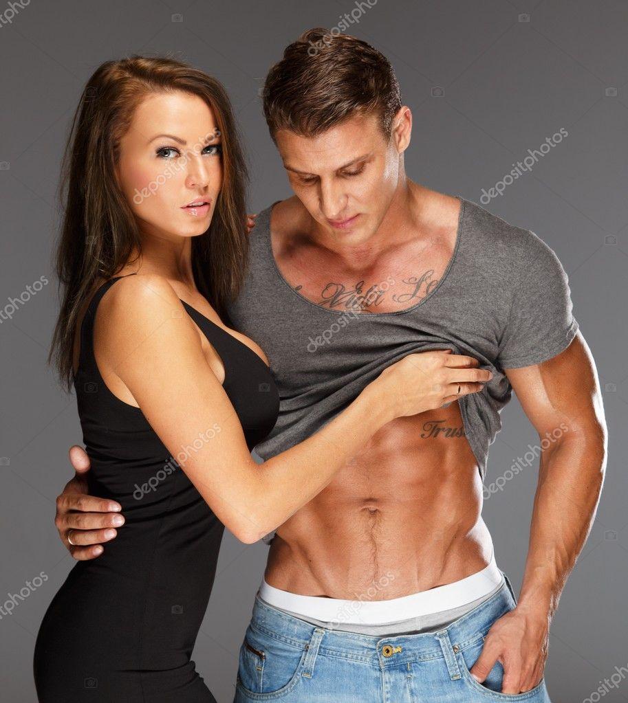 Junge Frau Mann mit nackten muskulösen Oberkörper umarmen