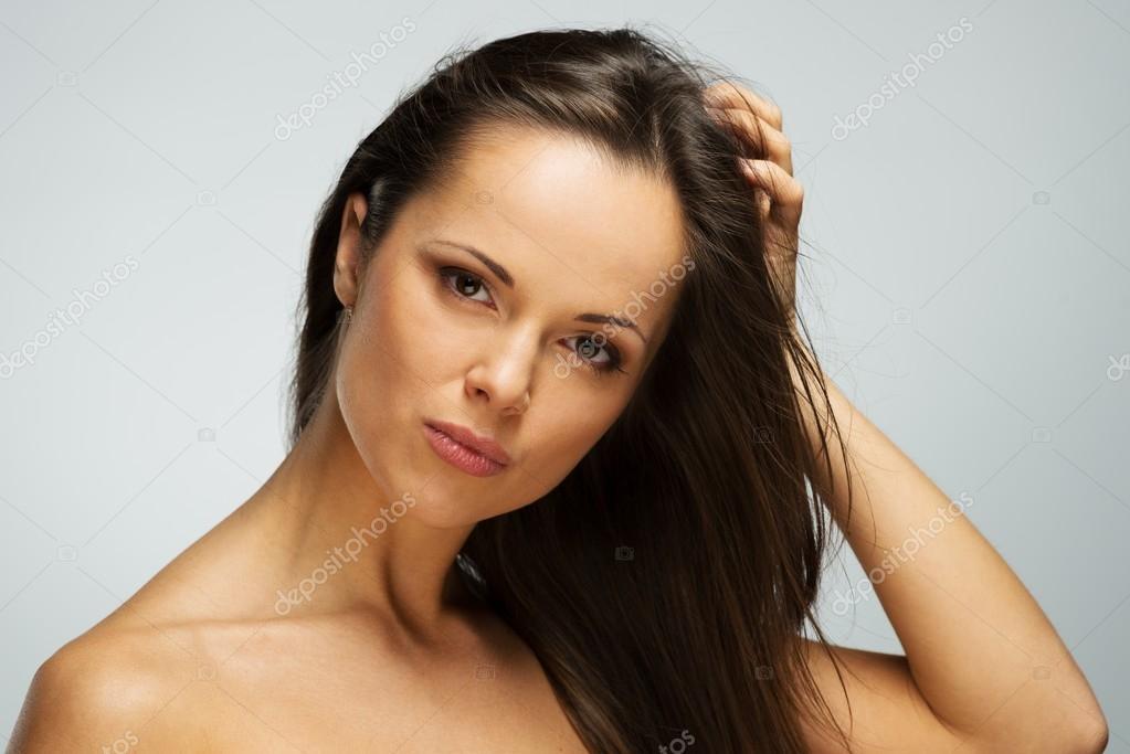 Фото красивой девушки брюнетки с языком