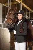 красивая девушка с ее лошадь в стойле — Стоковое фото