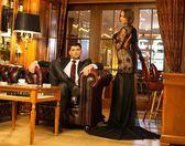 элегантная пара в формальных платье в роскошный интерьер кабинета — Стоковое фото