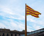 Catalan flag on a rooftop against blue sky in Barcelona, Spain — Stock Photo