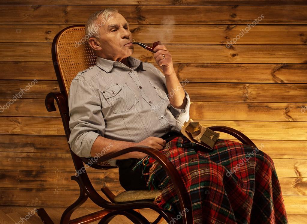 Alter mann mit pfeife die sitzen auf schaukelstuhl in for Alter mann im schaukelstuhl