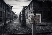 Electric fence and warning sign in former Nazi concentration camp Auschwitz I, Poland — Stock Photo