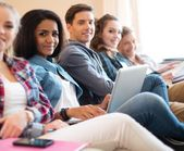 étudiants préparant des examens — Photo