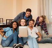 Groupe de jeunes multi ethnique amis prenant selfie dans l'intérieur de la maison — Photo