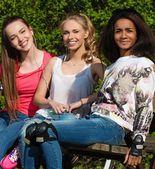 Gruppo etnico multi sportivo ragazze adolescenti in un parco — Foto Stock