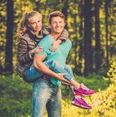 晴れた日に屋外楽しんで幸せな十代のカップル — ストック写真