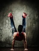 Man dancer showing break-dancing moves — Stock Photo