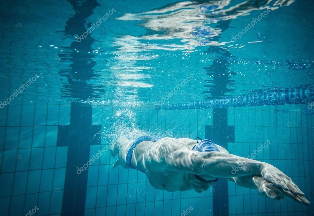 Nuotatore sott 39 acqua in piscina foto stock 47742693 - Acqua orecchie piscina ...