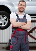 Serviceman in a car workshop — Stock Photo