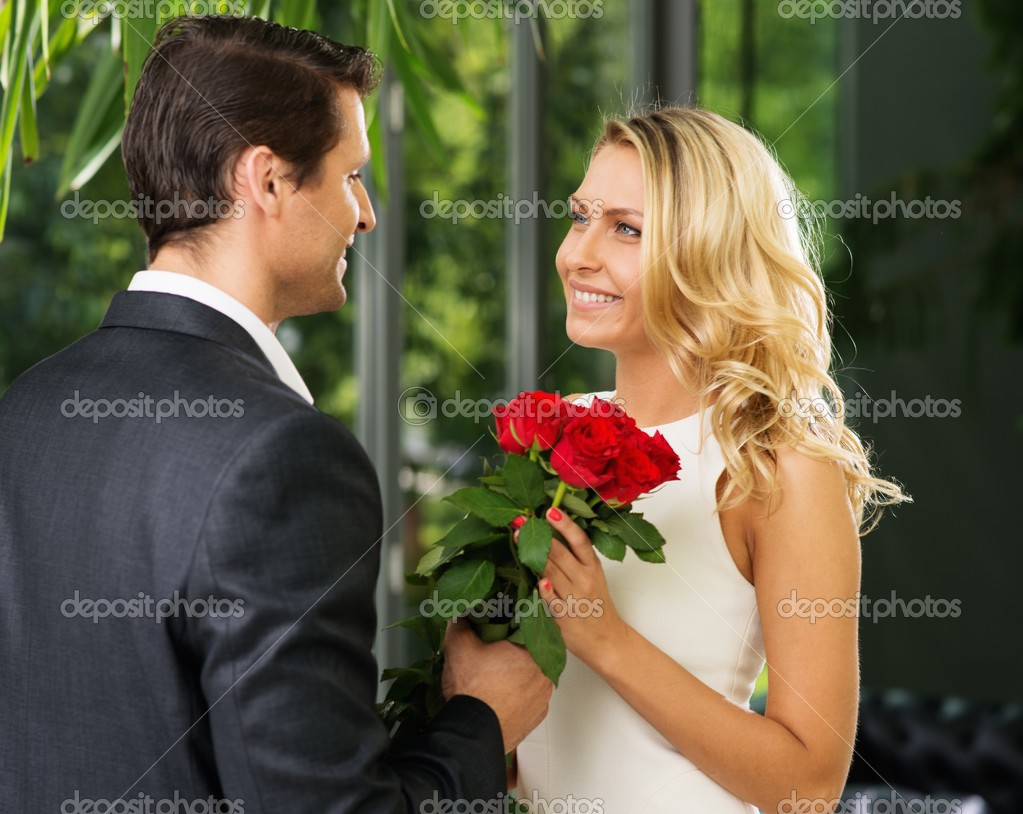 Гиф парень дарит цветы девушке фото