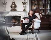 Homem bem vestido no interior da casa de luxo — Fotografia Stock