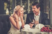 Man holding box with ring making propose to his girlfriend — ストック写真