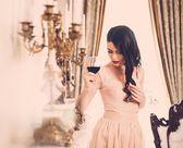 Femme avec verre de vin rouge — Photo