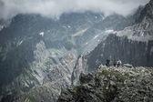 Vandrare på en toppen av ett berg — Stockfoto