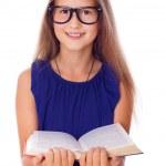 porträtt av vackra flicka poserar på vit bakgrund med bok — Stockfoto
