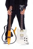 Portrait de la proximité du jeune rocker qui pose en studio sur backgro blanc — Photo