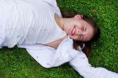 Retrato de muchacha hermosa posando afuera — Foto de Stock