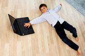 Porträt von entspannend auf den floog hübscher junge — Stockfoto