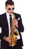 Porträt von gut aussehender mann posiert auf weißem hintergrund mit saxopho — Stockfoto
