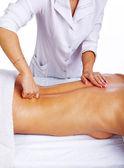 Geschoolde therapeut maken massage aan haar cliënt — Stockfoto