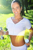 Beatufil sportswoman posing in the park. — Stockfoto