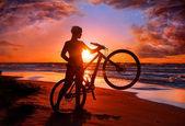 女性のビーチで自転車 — ストック写真