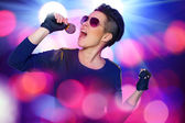 Singing rock diva screams on the microphone — Stock Photo