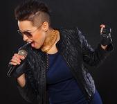 Sıcak rocker mikrofon içinde çığlık atıyor — Stok fotoğraf