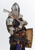 Człowiek stwarza jako średniowieczny rycerz — Zdjęcie stockowe