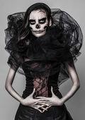 Esmer bir yağlıboya bir kafatası içinde karanlık bir atmosfer ile — Stok fotoğraf
