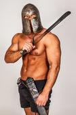 Onun yüzünde bir sırıtma ile üstsüz barbar — Stok fotoğraf