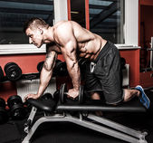 Bodybuildres is het doen van oefeningen om te bouwen beter triceps — Stockfoto