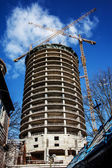 Arranha-céu que ainda está construindo — Fotografia Stock