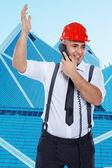 Empresario en casco rojo está discutiendo por teléfono — Foto de Stock