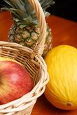 Fruits en panier et sur la table — Photo