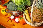 Legumes e frutas na mesa — Fotografia Stock