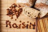 Uvetta e pane sul tappeto in legno — Photo