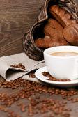 Taza de café rodeada de pan de centeno y granos de café — Foto de Stock