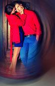 Couple posing in front of a door — Fotografia Stock