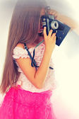 Girl and  vintage camera — Stockfoto