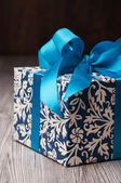 Closeup of a blue patterned box with a ribbon — Stock Photo