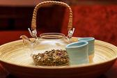şeffaf çaydanlık ve bir kase içinde iki fondip bardakları — Stok fotoğraf