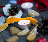 Tea candle and mandarin peel with gingerbread cookies — Stock Photo