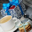 A cup of coffee and cookies with a romantic gift box — Foto Stock