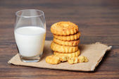 Crispy butter cookies and milk — Stock Photo