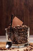 Glas kruka med kaffebönor och choklad — Stockfoto