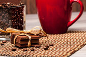 Peu de chocolat, grains de café ou une tasse rouge — Photo