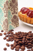 Coffee beans with fruit tartlet — Stockfoto