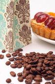 Granos de café con tartaleta de frutas — Foto de Stock